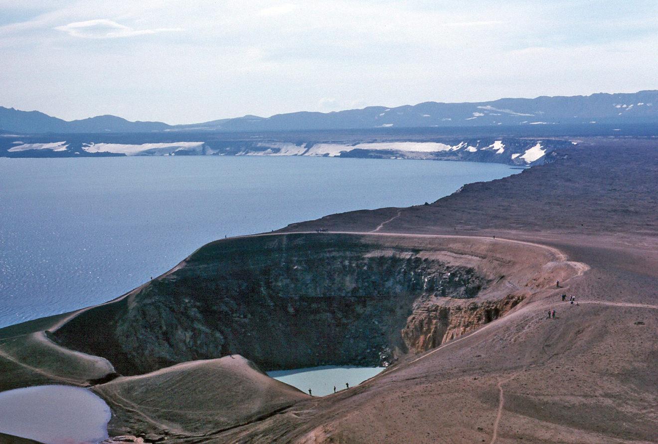 Caldera des Vulkans Askja mit Víti-Krater im Vordergrund und Öskjuvatn im Hintergrund