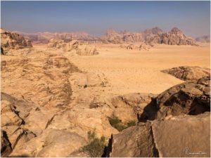 Ausblick ins Wadi Rum während der Wanderung zur Burdah Rock Bridge