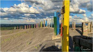 Farbige Holztotems auf der Halde Haniel