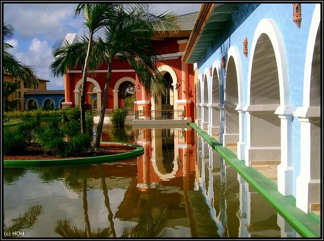 Spiegelung in der Hotelanlage vom Iberostar Praia Do Forte