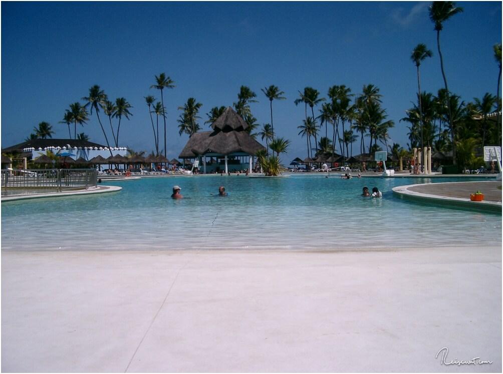 Relaxen am und im Pool