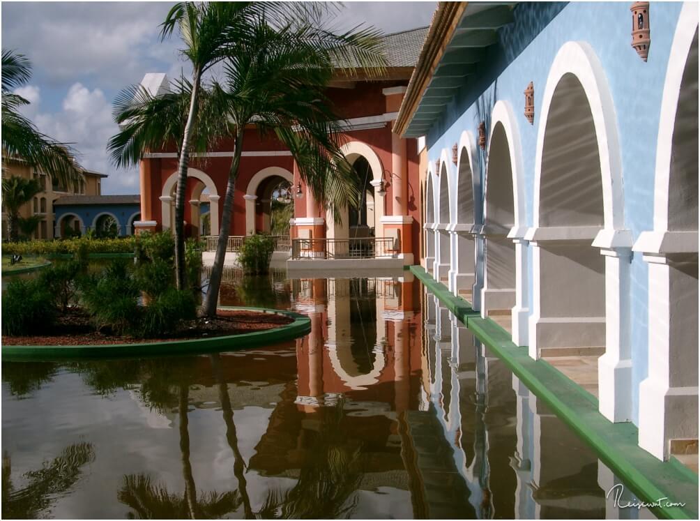 Spiegelung der Hotelanlage in einem der angelegten Teiche