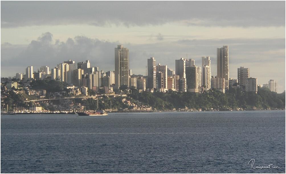 Salvador de Bahia aus einiger Entfernung aufgenommen