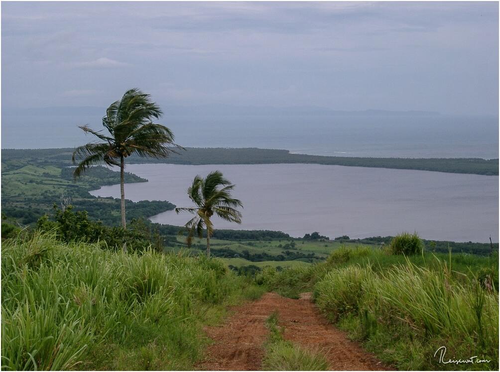 Von einem Aussichtspunkt aus blicken wir auf die Halbinsel Samana hinunter