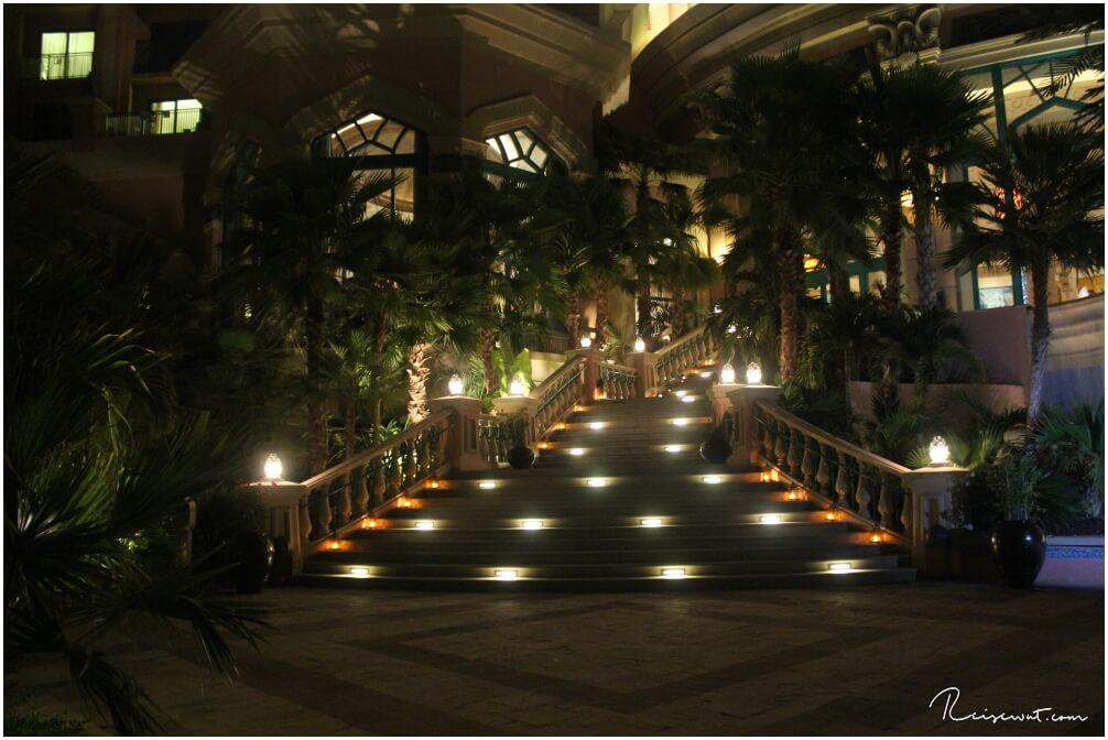 Die beleuchtete Treppe zum Garten