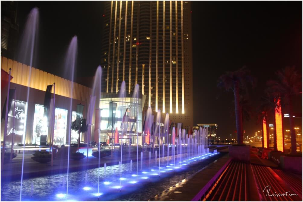 Bei Dunkelheit wird der Eingangsbereich der Dubai Mall farbig illuminiert