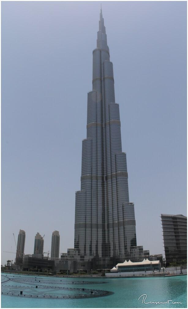 Der 828m hohe Burj Khalifa von der Lagune aus gesehen
