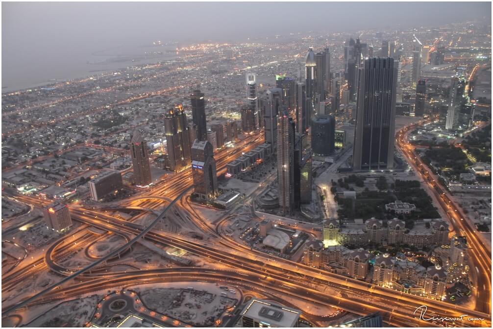 Kurz bevor es dunkel wird ist die - subjektiv betrachtet - schönste Zeit oben auf dem Burj Khalifa