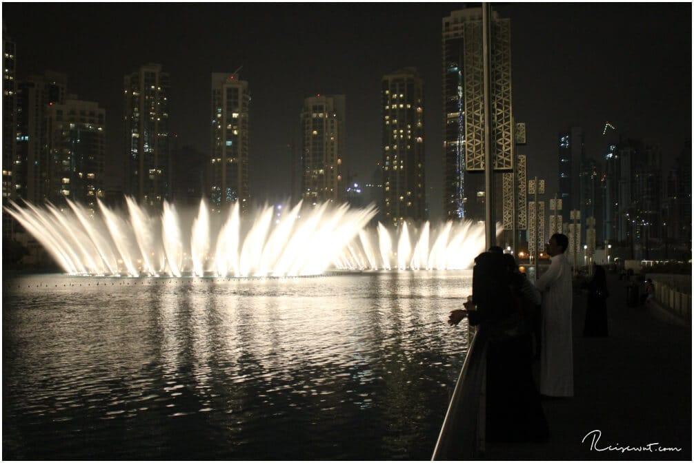 Staunen auf arabisch wenn die Dubai Fountains in Aktion sind
