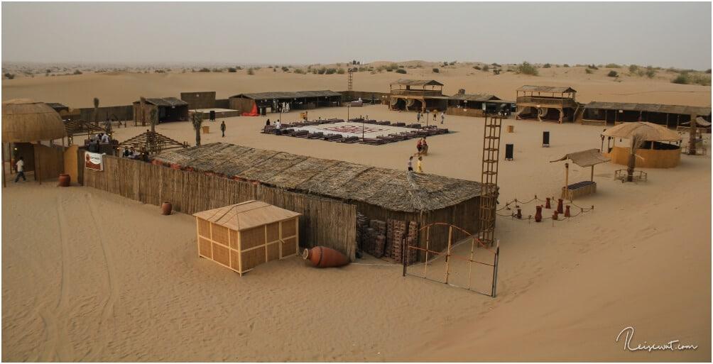 Der Blick von einer der Dünen hinein ins Wüstencamp