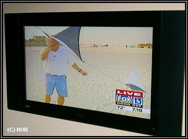 TV Team vom Strand ... live im TV an der Wand
