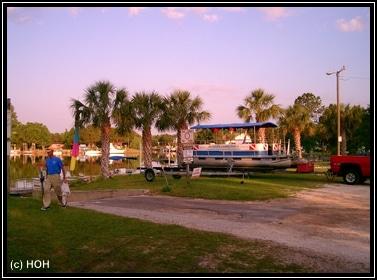 Auf dem Hof von Manatee Tours Florida