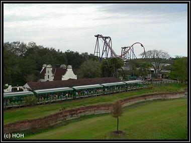 Zugfahrt durch den Park, im Hintergrund der SheiKra - Coaster