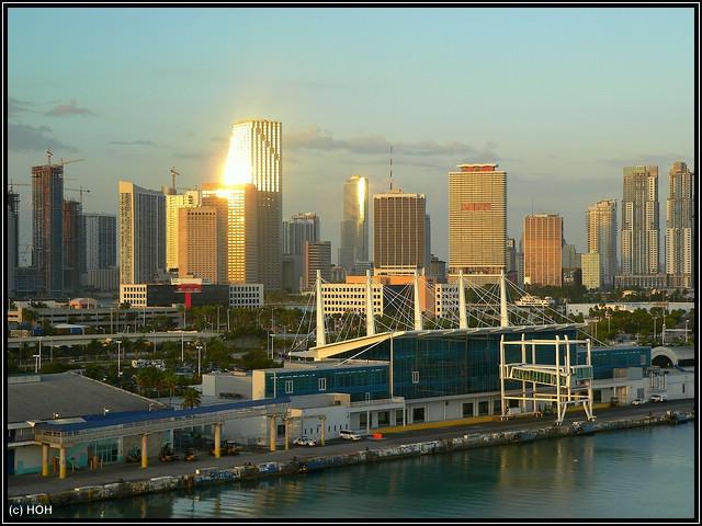 Miami Downtown Skyline beim Sunrise, vor uns liegt der Terminal, wo wir gleich wieder an Land gehen