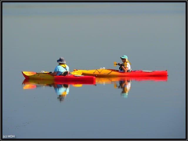 Zwei Kanufahrer auf dem spiegelglatten Upper Myakka Lake