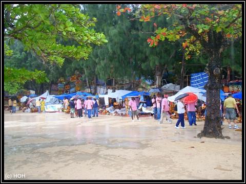 Selbst die Händler rennen mit Regenschirm herum