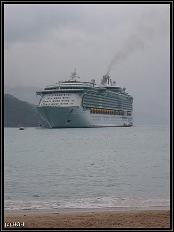 Wir sind übergesetzt und sehen unser Schiff nun vom Land aus