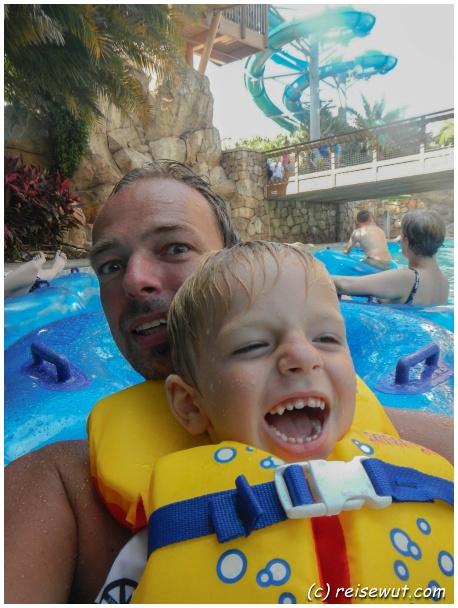 Lazy River Fun mit Vater und Sohn