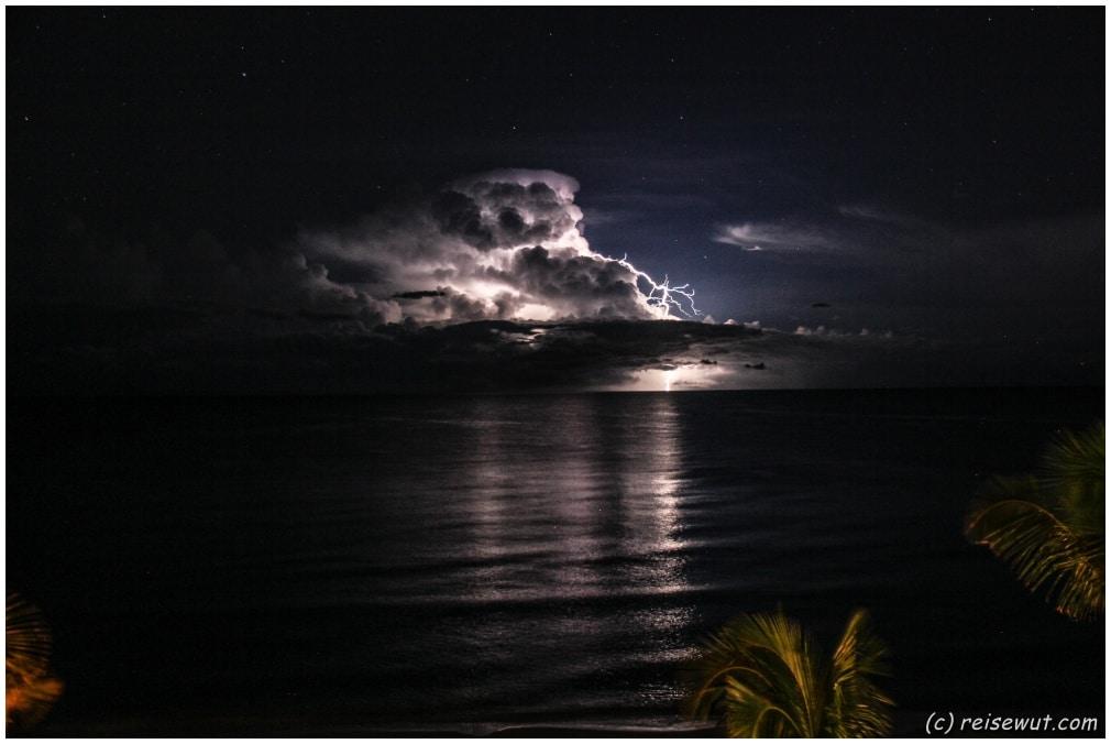 Blitze zucken durch die Nacht