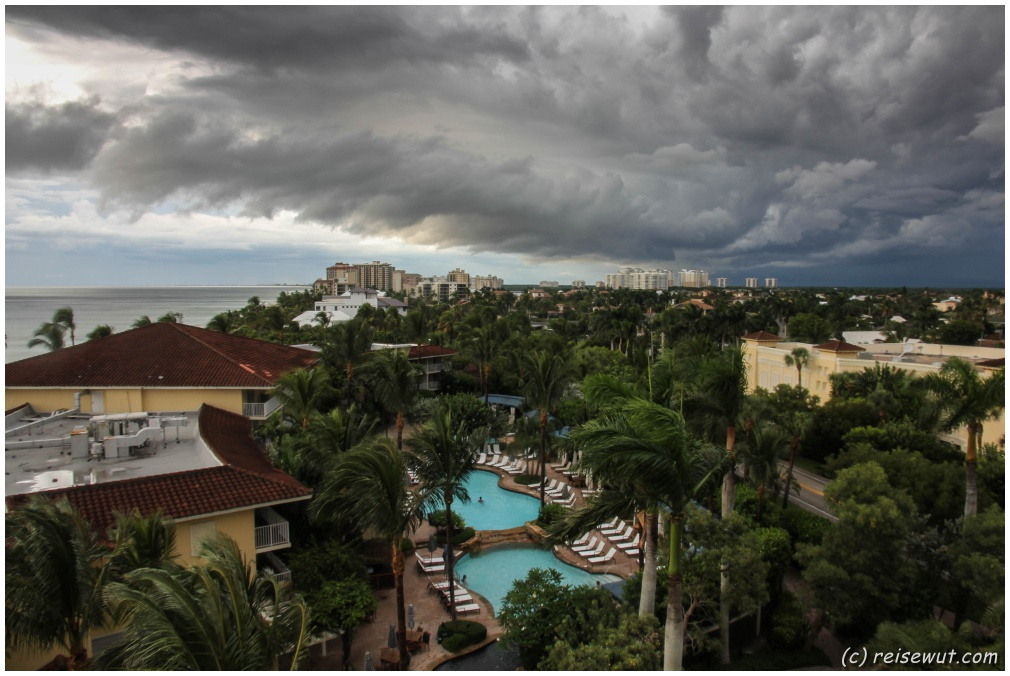Der Blick auf die Pool-Landschaft un die sich androhende Regenfront