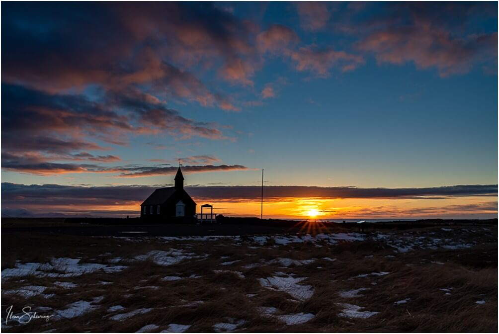 Sonnenaufgang hinter der Budirkirkja
