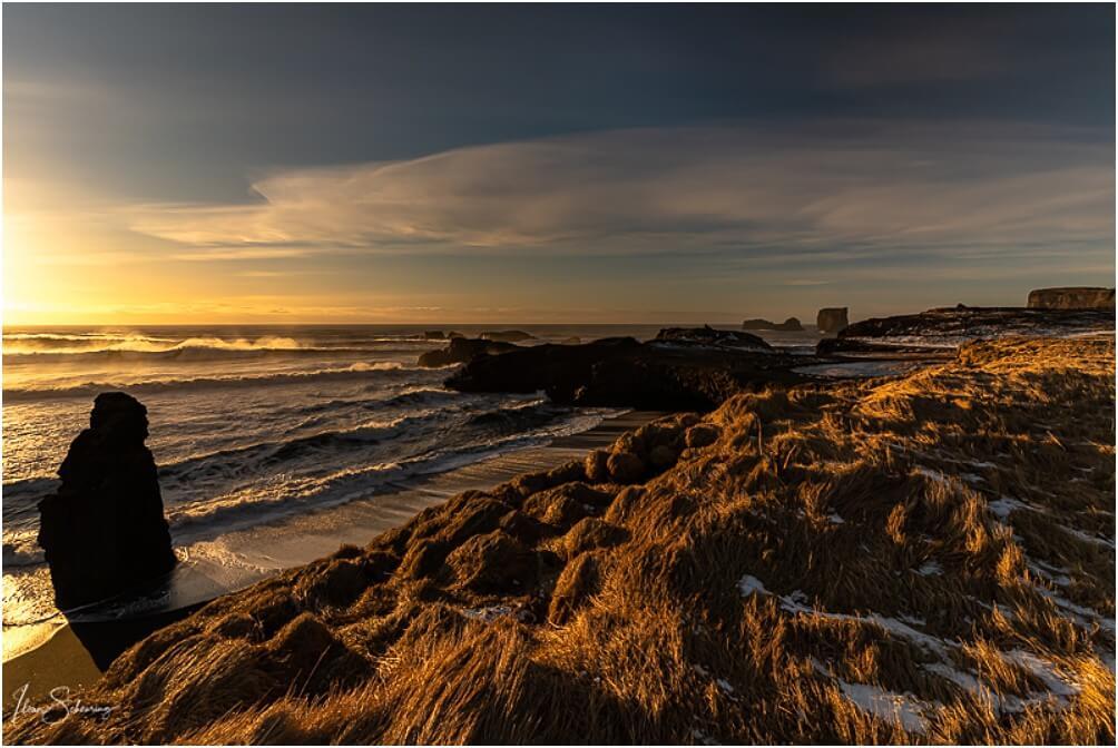 Kurz nach Sonnenaufgang wird die Landschaft in ein goldenes Licht getaucht