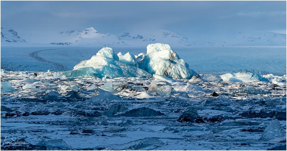 Im Hintergrund die gewaltige Gletscherzunge des Breiðamerkurjökull
