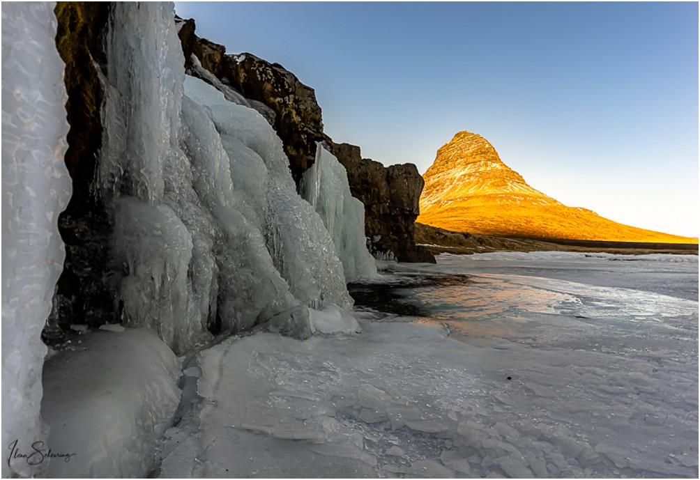 Die unteren Wasserfälle vom Kirkjufellfoss sind mächtig vereist