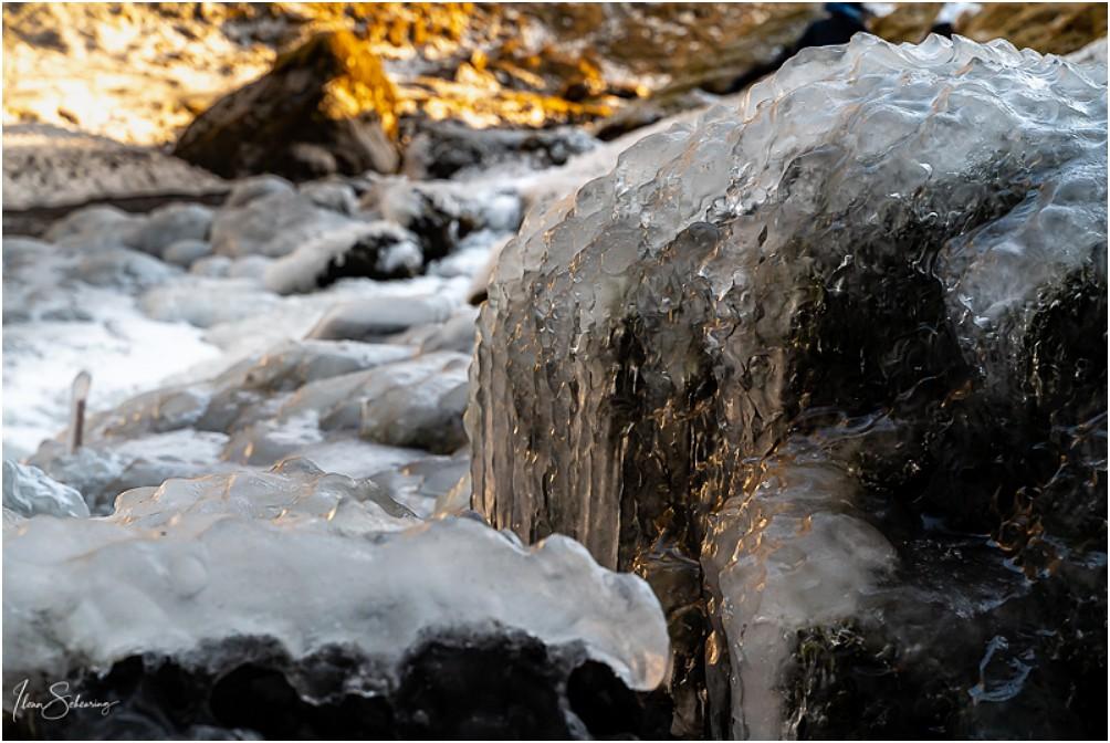 Eine dicke Eisschicht verhüllt Teile der Umgebung
