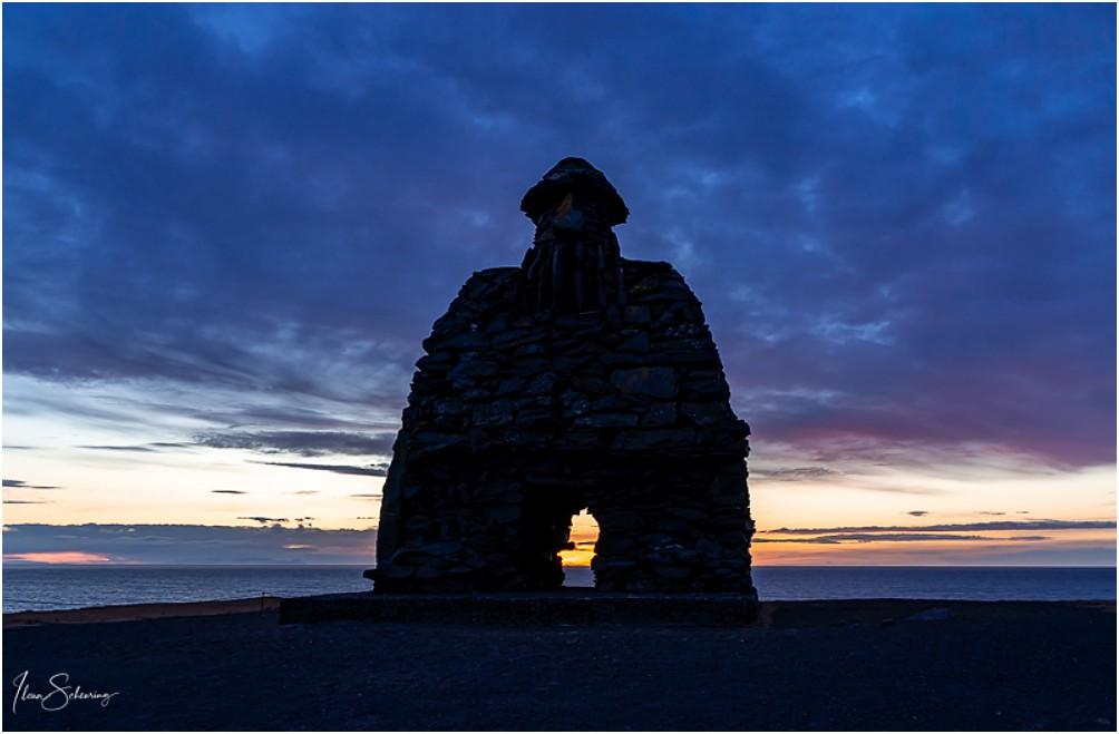Der steinerne Wächter Bárður Snæfellsás zum Sonnenaufgang