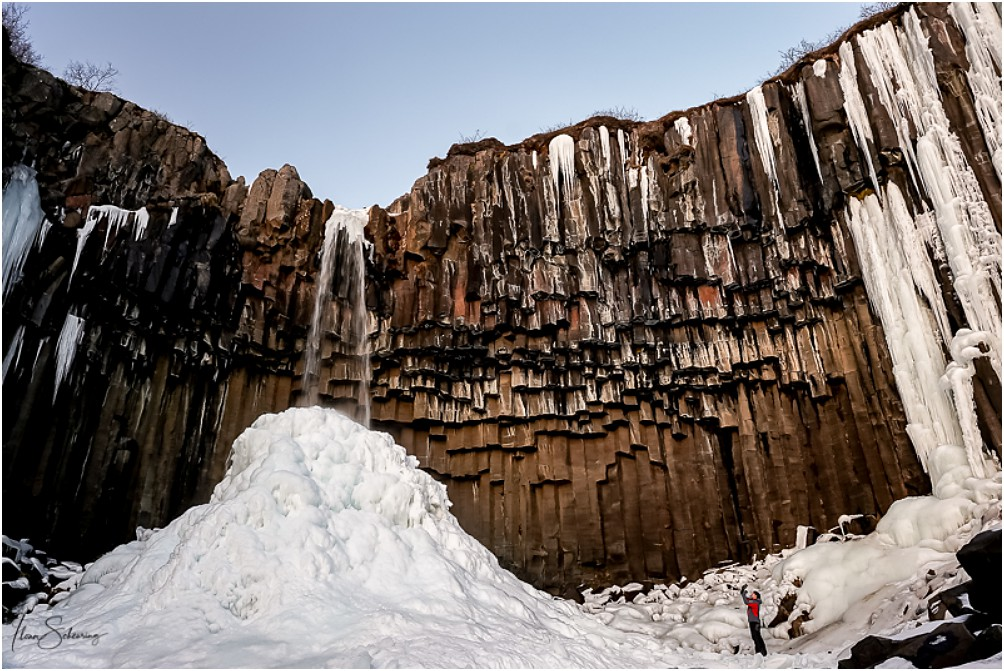 Dicke Eiszapfen links und rechts flankieren den Svartifoss heute