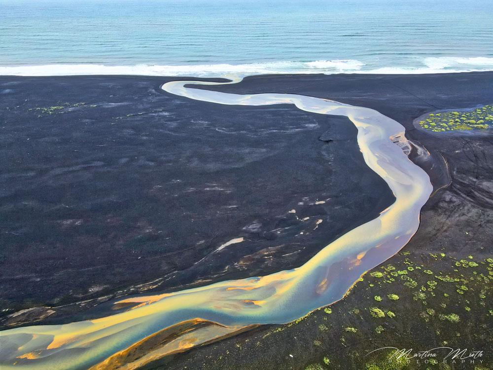 Dieser farbige Zufluss zum Meer ist noch ein Geheimtipp an der Südküste und nur aus der Luft sichtbar