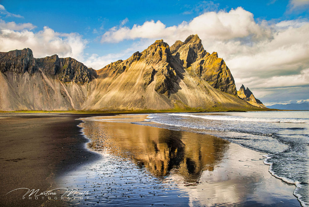 Schöne Spiegelung bei Stokksnes am Strand