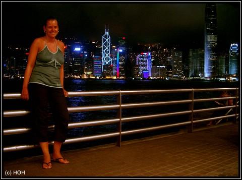 Frauchen vor der beeindruckenden Skyline in Hongkong