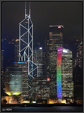 Die Bank of China inmitten der Skyline am Abend