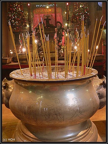 Schale mit Räucherstäbchen im Inneren des Man Mo Tempels