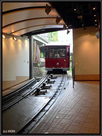 Die Peak Tram bei der Einfahrt in die Station ...