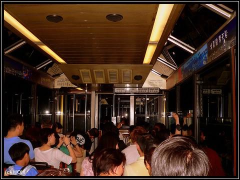 Die abendliche Fahrt mit der Peak - Tram ... voll bis auf den letzten Platz