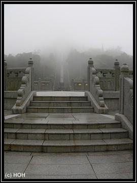 Die Treppe hinauf zur Buddhastatue ...