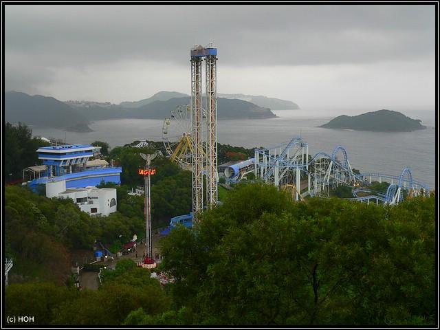 Blick auf den Observation Tower und einige der Fahrgeschäfte ... dahinter das Chinesische Meer
