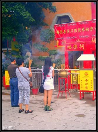 Gläubige im Wong Tai Sin Tempel