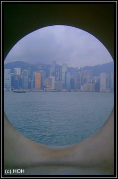 Hong Kong Island ... durch eine Statue durchfotografiert