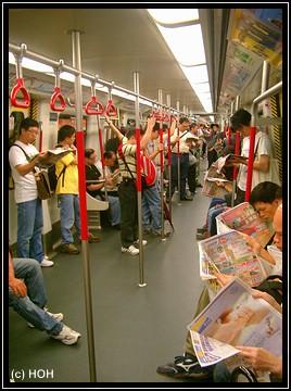 Alle vertieft beim Zeitung lesen
