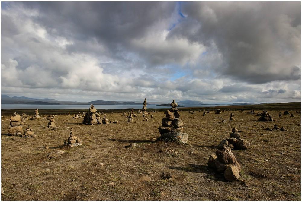 Unterwegs von Reykjavik zum Thingvellir National Park kommt man an diesen Steinhäufchen vorbei