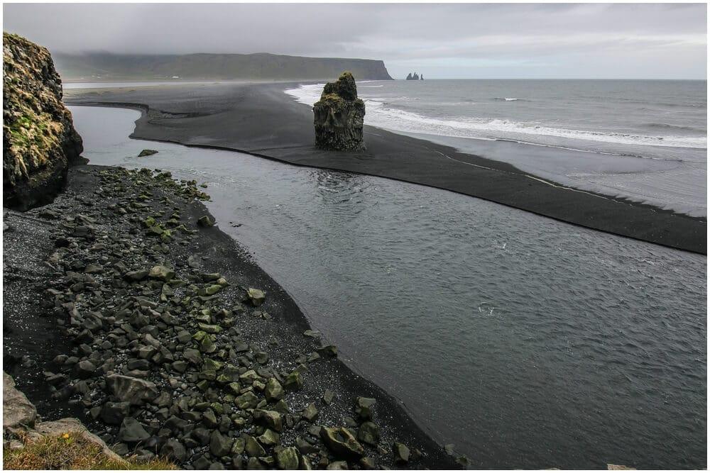 Einsamer Basalfelsen vor der Küste