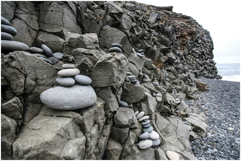 Steinmännchen weisen den Weg zum Strand, der seit 2018 nun gesperrt ist