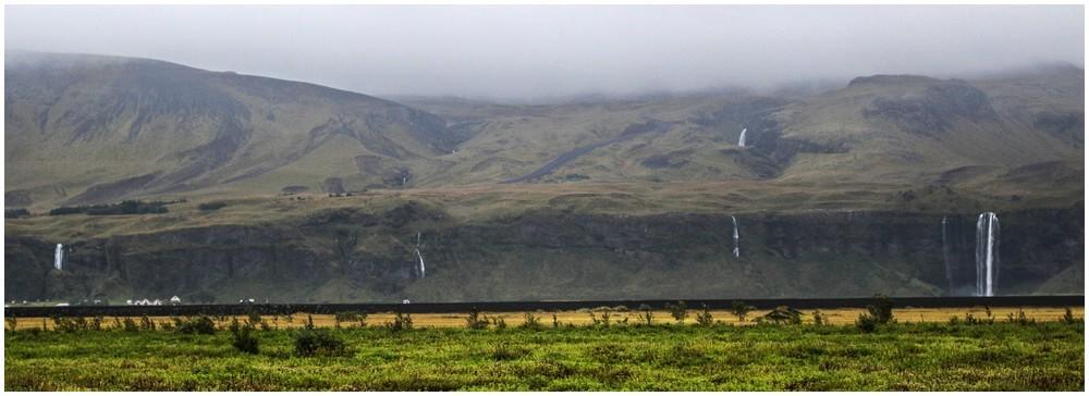 Durch den Regen kommt überall Wasser von den Bergen
