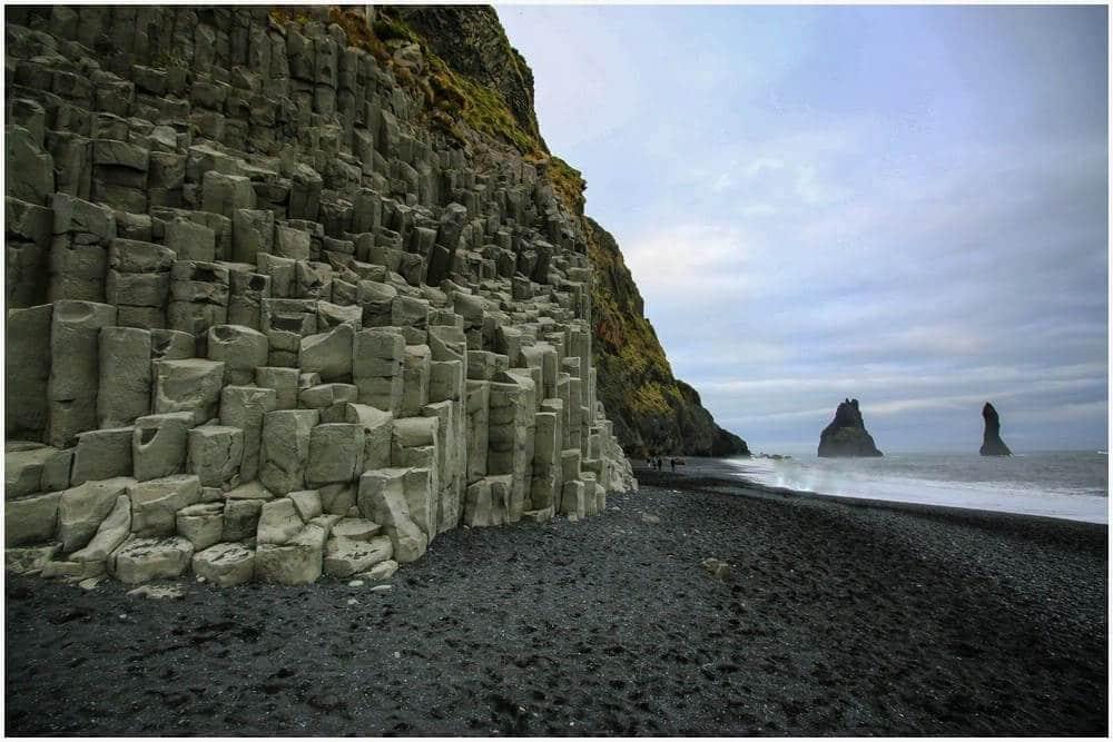 Die markanten Basaltsäuen bei Reynisfjara
