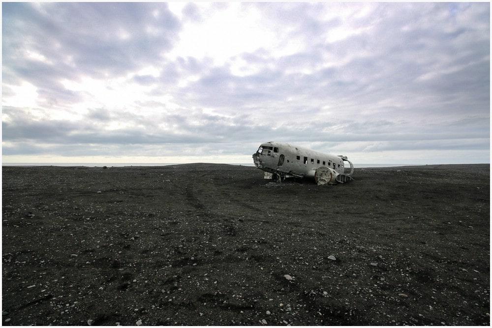 Ankunft am Flugzeugwrack, welches einsam und verlassen mitten in der Sandurfläche liegt