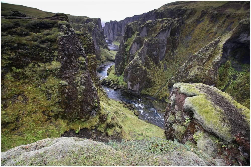 Blick zurück durch den Fjaðrárgljúfur Canyon